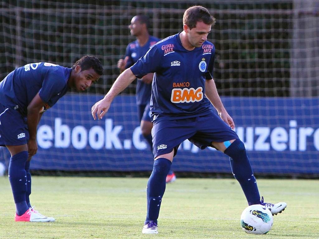 Meia Montillo participa de treino do Cruzeiro na Toca da Raposa II (10/7/2012)