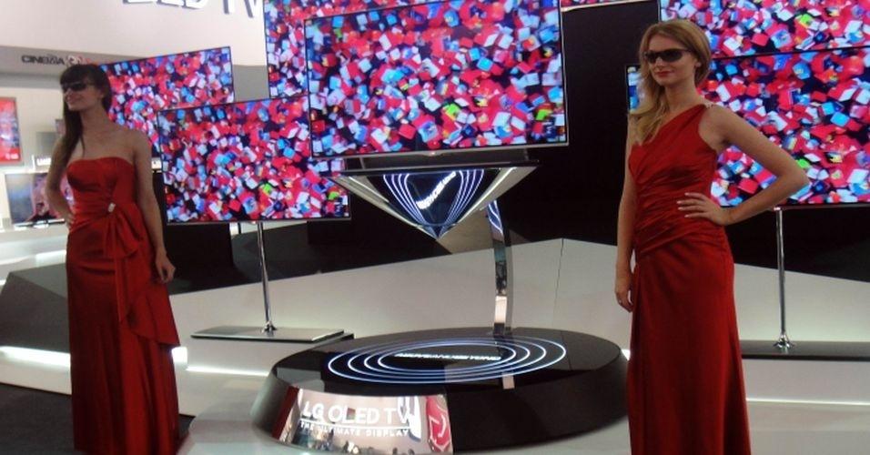 Modelos posam ao lado de televisor ultrafino da LG que usa tecnologia OLED. Os aparelhos, de 55 polegadas, já haviam sido apresentados na CES 2012, feira em Las Vegas, e têm 4 mm de espessura