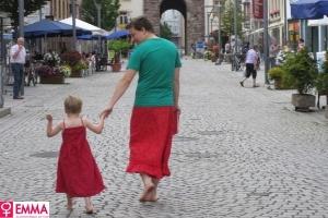 http://imguol.com/2012/08/30/pai-veste-saia-para-apoiar-filho-que-gosta-de-usar-vestidos-1346354196811_300x200.jpg