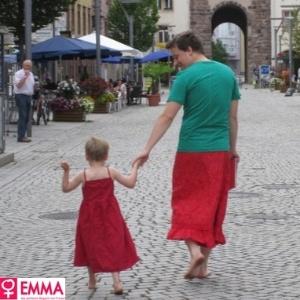 Pai veste saia para apoiar filho que gosta de usar vestidos
