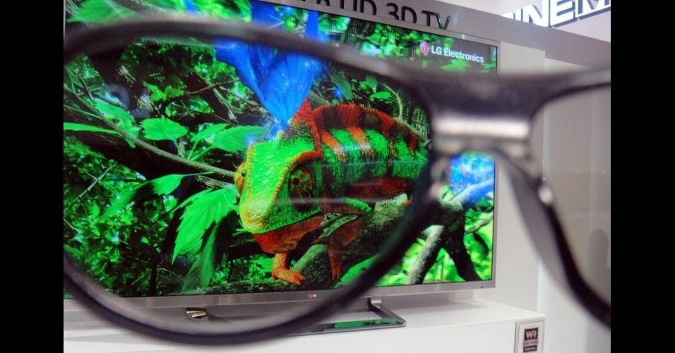 Para ver as imagens em três dimensões da TV 3D UD, é necessário usar óculos especiais. As imagens exibidas têm resolução excelente
