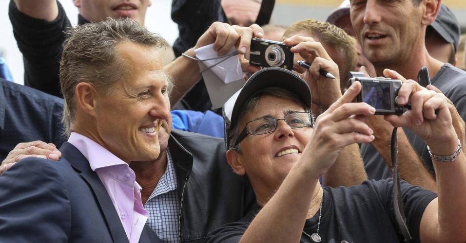 Schumacher atende fãs após receber o título de cidadão honorário de Spa