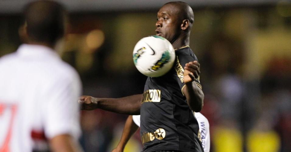 Seedorf, meia do Botafogo, esbanja categoria e domina a bola no peito durante partida contra o São Paulo