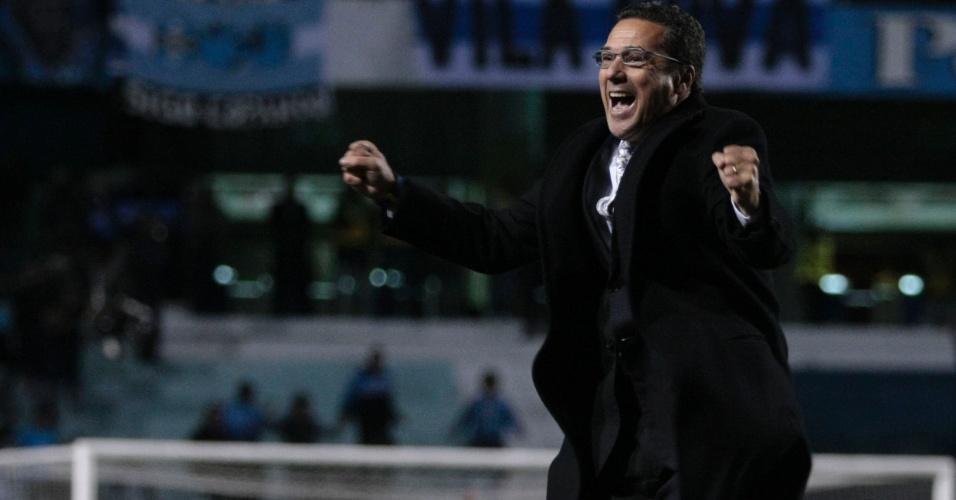 Técnico Vanderlei Luxemburgo comemora gol do Grêmio contra o Vasco no estádio Olímpico (29/08/2012)