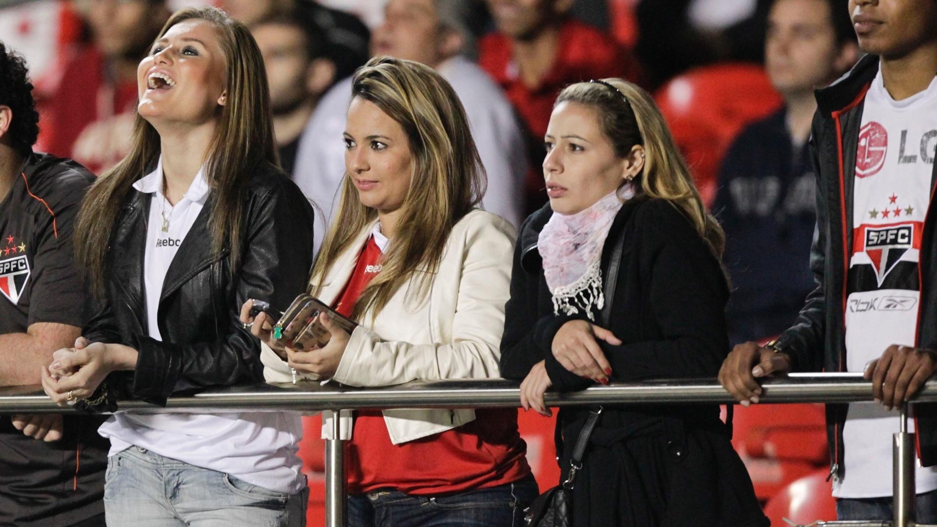 Torcedoras sãopaulinas marcam presença e esbanjam beleza na partida contra o Botafogo