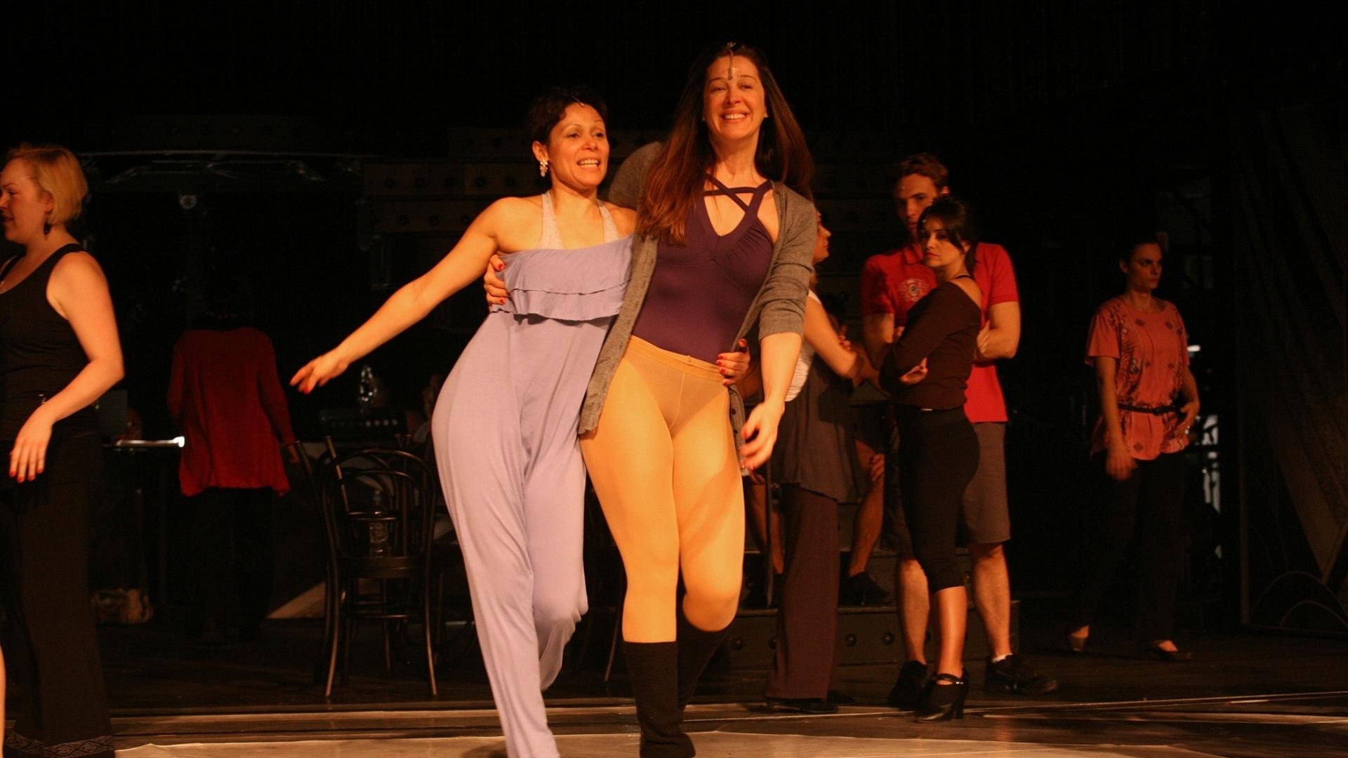 Cláudia Raia e Lyane Maia se divertem nos bastidores do espetáculo musical