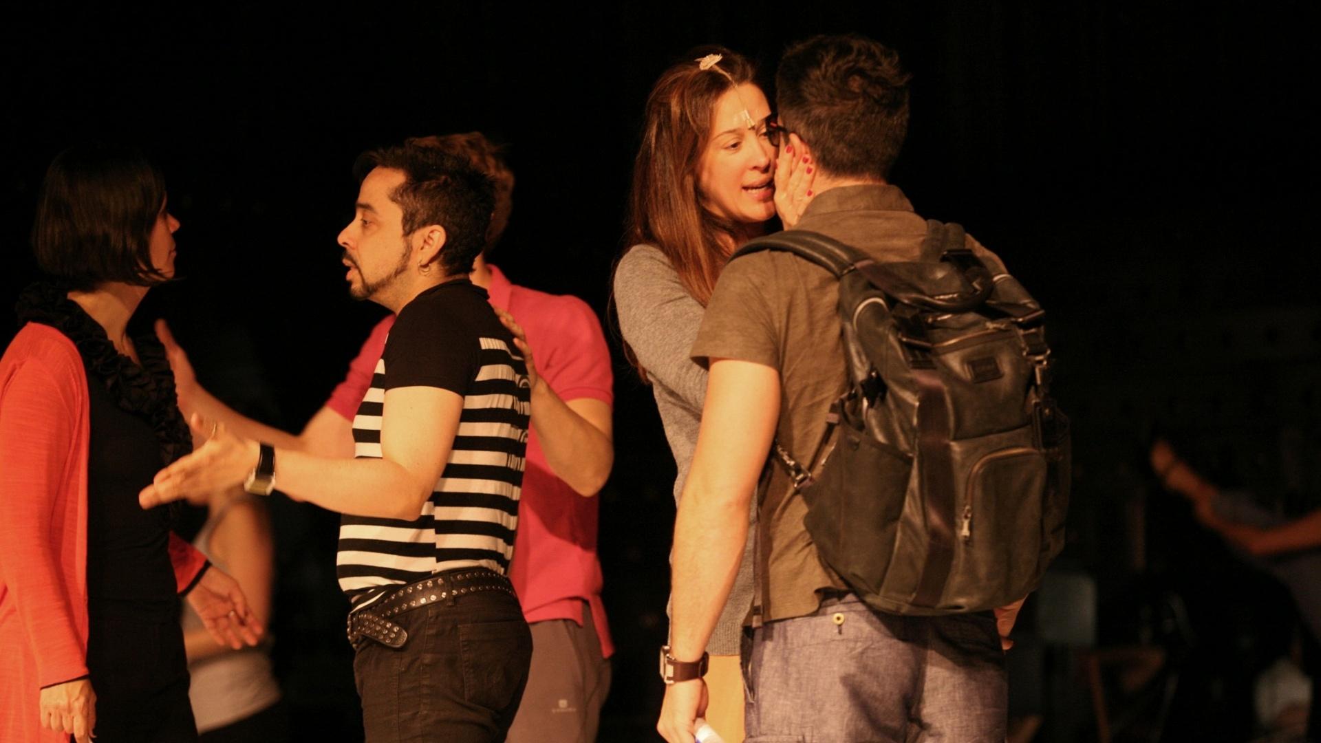 O namorado e parceiro de cena de Cláudia Raia, Jarbas Homem de Melo, chega ao ensaio e é recebido com carinho antes da reestreia em SP (25/08/12)