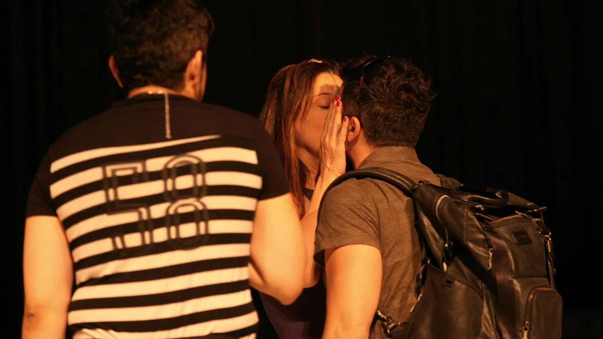 O namorado e parceiro de cena de Cláudia Raia, Jarbas Homem de Melo, chega ao ensaio e recebe beijo da atriz antes da reestreia em SP (25/08/12)