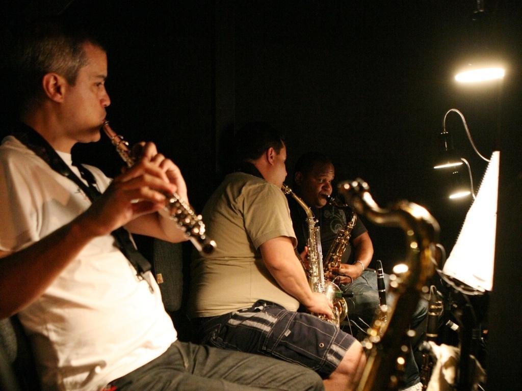 A orquestra afina os instrumentos pouco antes da reestreia do espetáculo musical