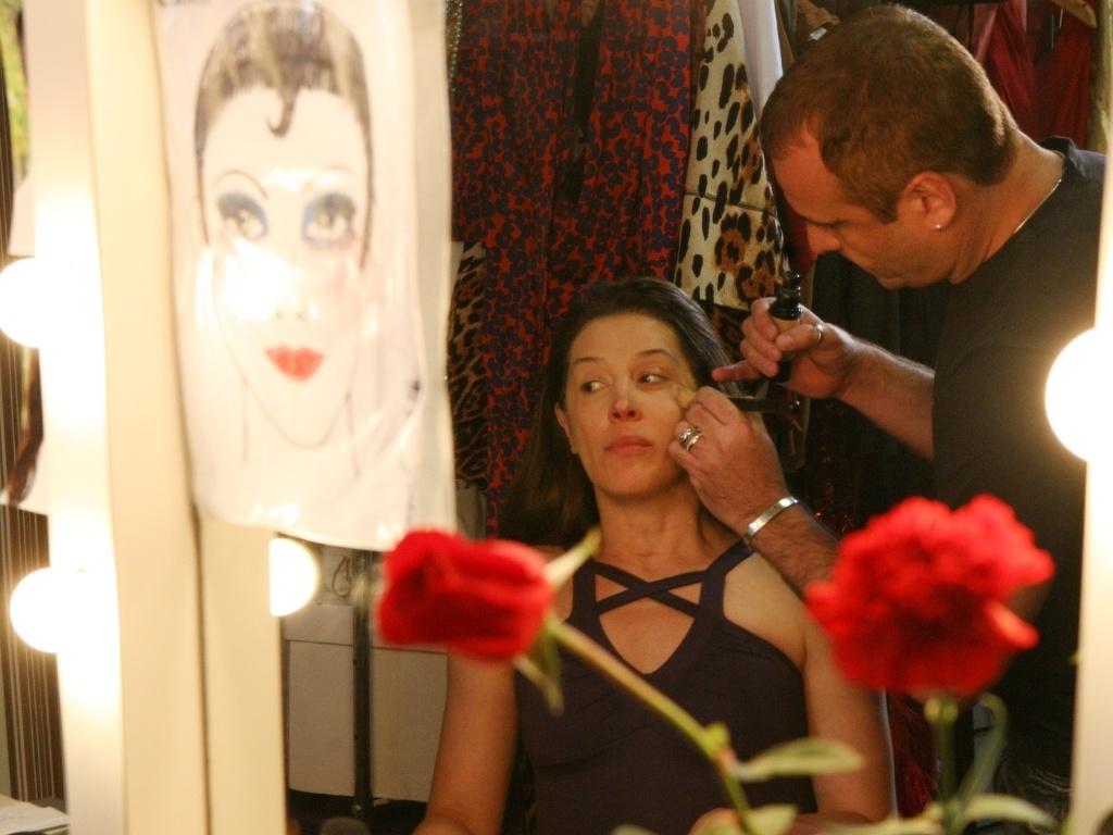 Cláudia Raia é maquiada pouco antes da reestreia do musical