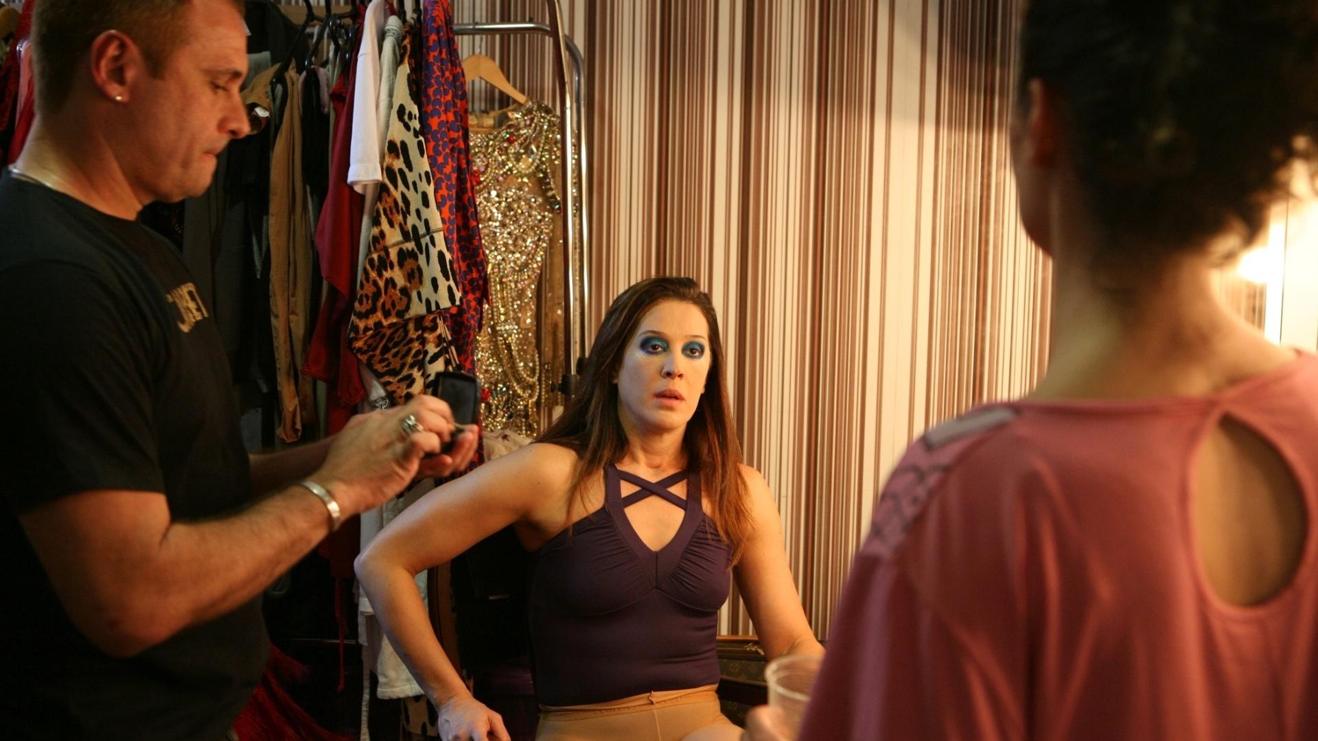 Cláudia Raia recebe a notícia de que a mesa de som não está funcionando pouco antes da reestreia do musical