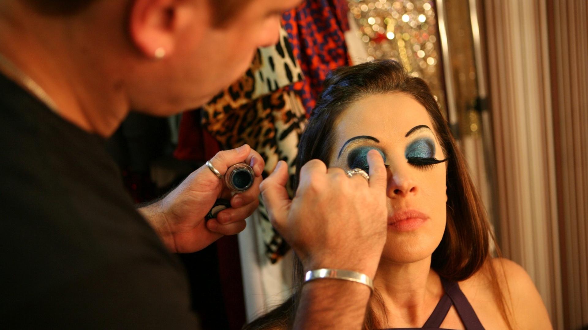 Cláudia Raia continua a maquiagem mesmo após receber a notícia de que a mesa de som do espetáculo não está funcionando (25/08/12)
