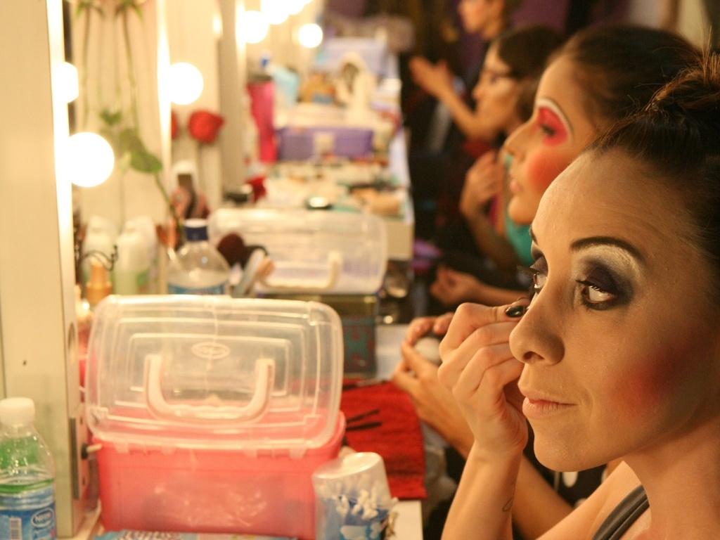 A atriz Clara Camargo se maquia pouco antes da reestreia do musical