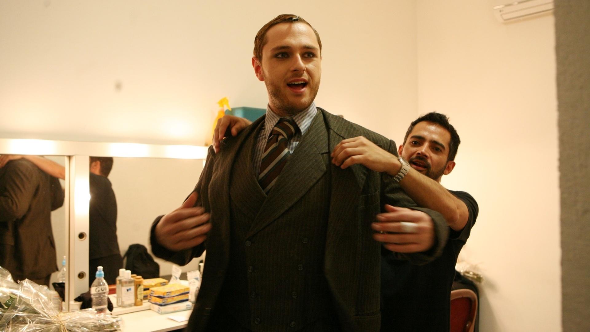 O ator Guilherme Magon experimenta o figurino que usa no espetáculo