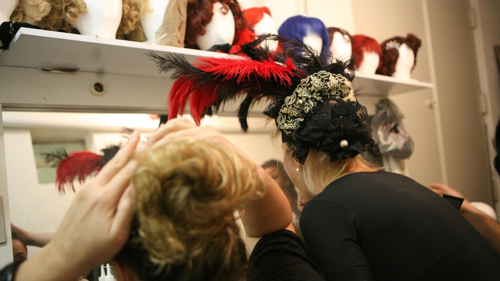Elenco feminino que interpreta as Kit Kat Girls ajustam as perucas pouco antes da reestreia do musical