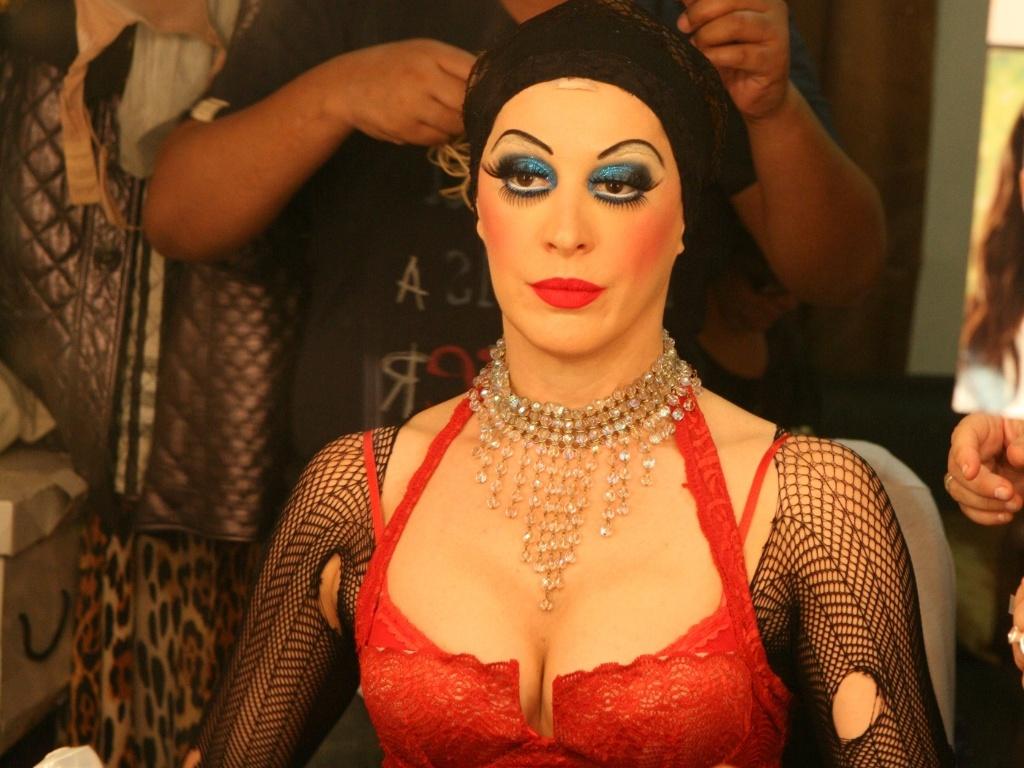 Cláudia Raia coloca a peruca de sua personagem Sally Bowles pouco antes de entrar em cena na reestreia do musical