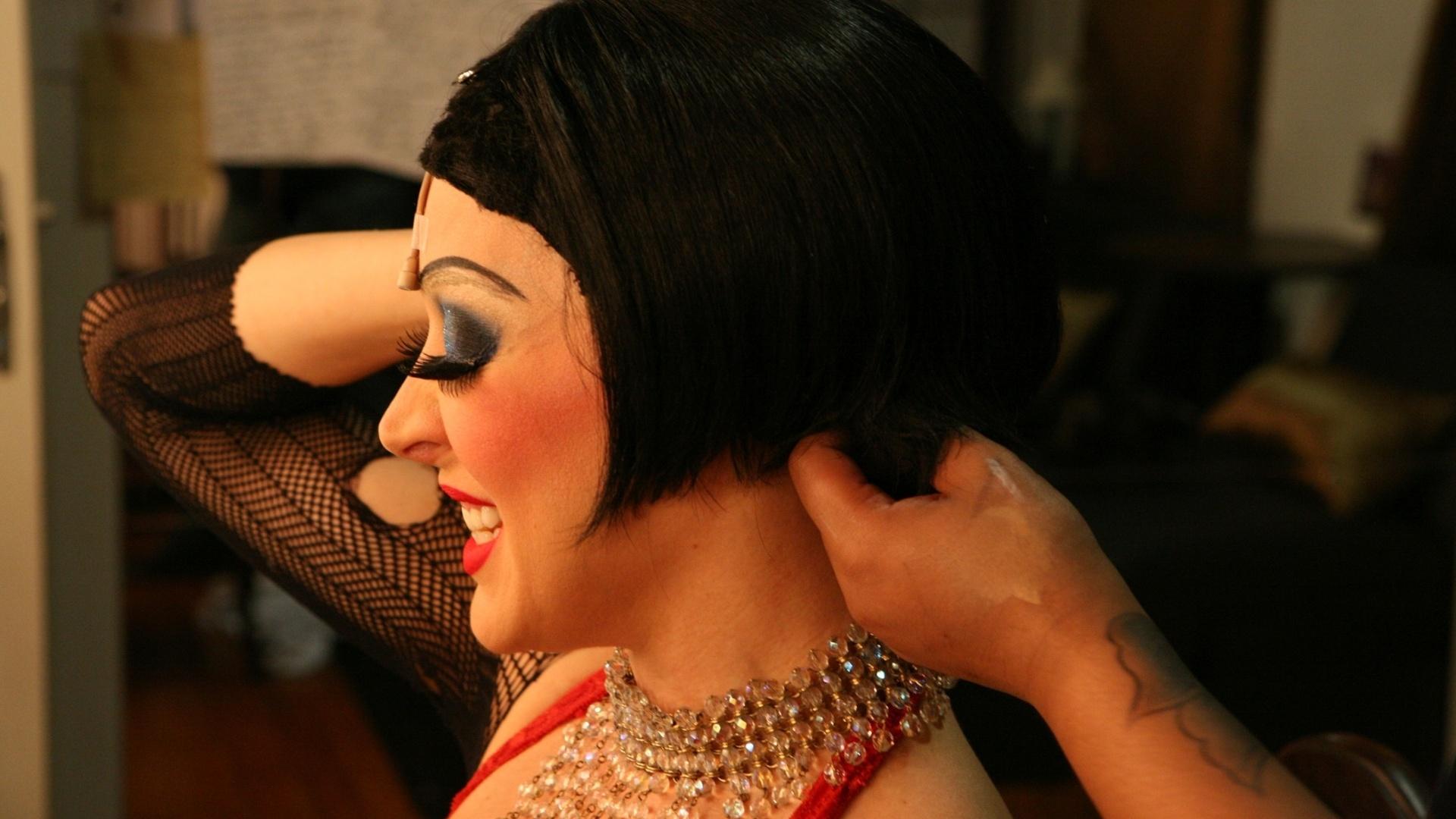 Cláudia Raia ajusta a peruca de sua personagem Sally Bowles pouco antes de entrar em cena na reestreia do musical