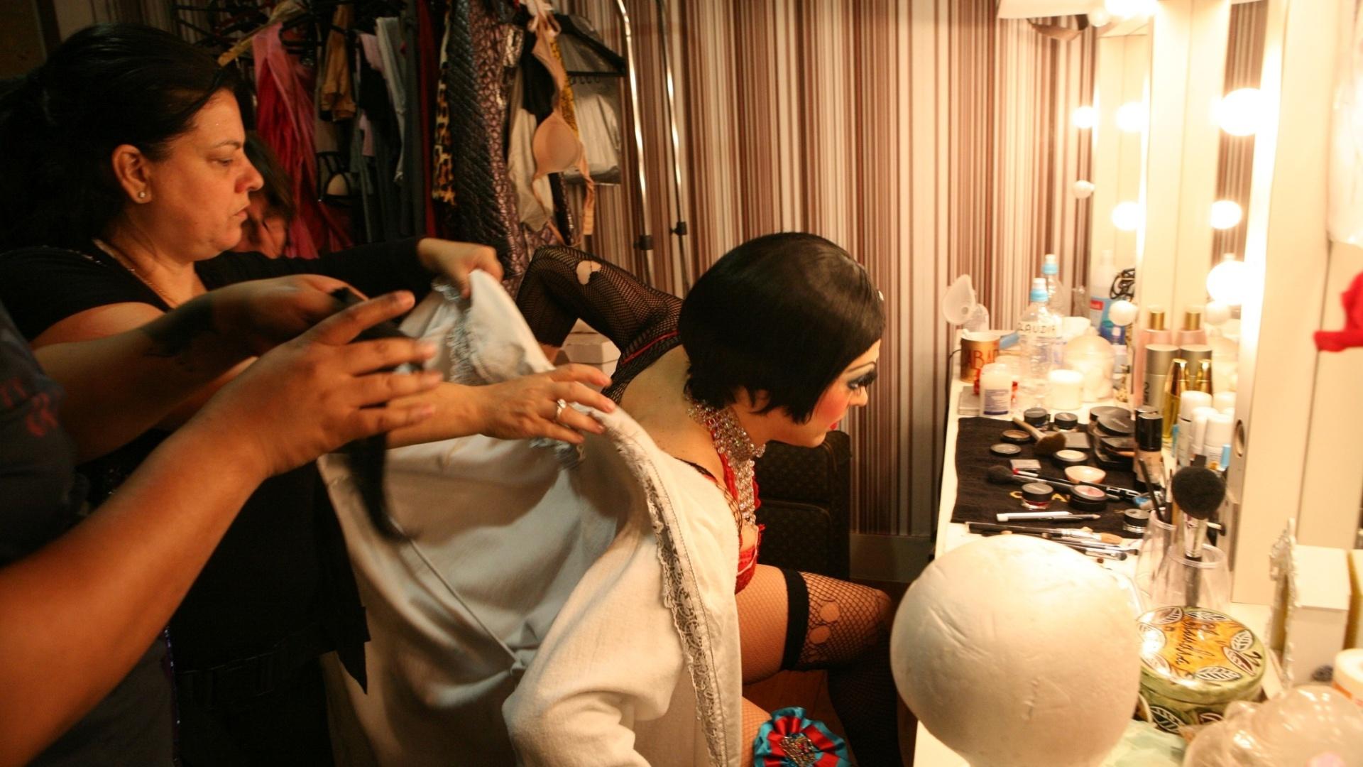 Cláudia Raia coloca figurino de sua personagem Sally Bowles pouco antes de entrar em cena na reestreia do musical