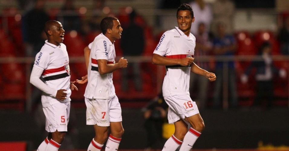 Wellington, Lucas e Cícero comemoram o quarto gol do São Paulo na goleada sobre o Botafogo