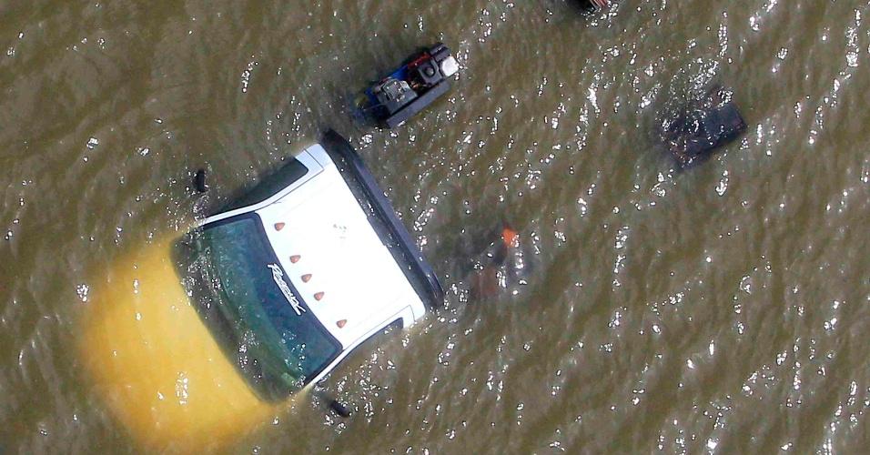 31.ago.2012 - Caminhão fica submergido após furacão Isaac romper um dique de água em Braithwaite, Louisiana (EUA), nesta sexta-feira (31)