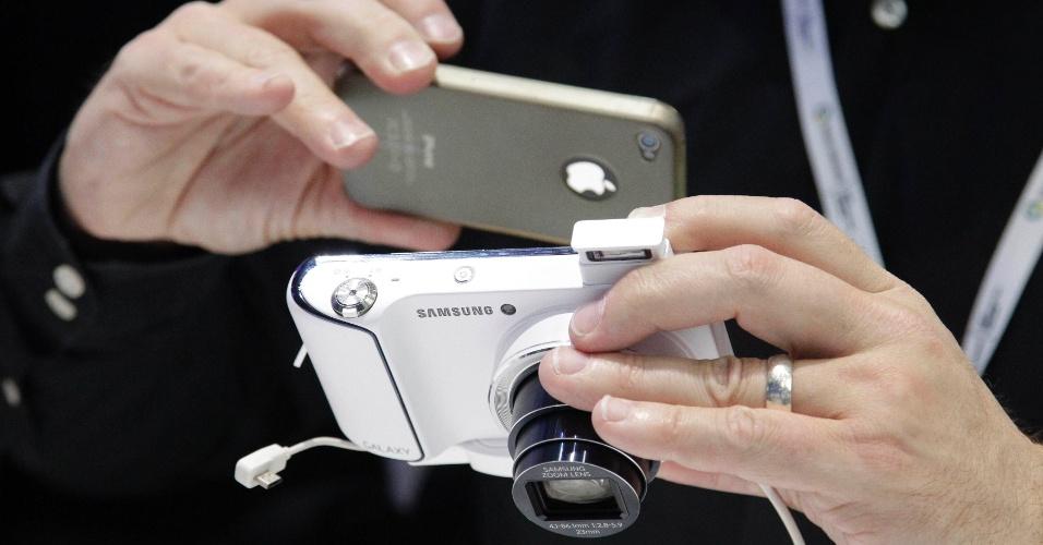 31.ago.2012 - Com um iPhone, visitante tira foto da Galaxy Camera, acessório da Samsung com 16 megapixels