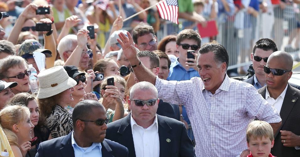 31.ago.2012 - O candidato republicano à Presidência dos Estados Unidos, Mitt Romney, acena para seus eleitores nesta sexta-feira (31) em Lakeland, Flórida. Romney retomou a campanha um dia após oficializar sua candidatura