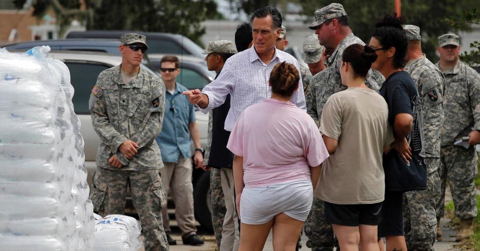 31.ago.2012 - O candidato republicano à presidência dos EUA, Mitt Romney, conversa com moradores de área afetada pela passagem do furacão Isaac em Lafitte, no Estado da Louisiana (EUA). A presença de Romney na região alagada antecedeu a visita já anunciada do presidente dos EUA, Barack Obama, que faz campanha para a reeleição. Obama deve visitar a Louisiana na segunda-feira (3)