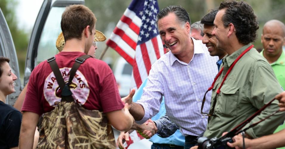 31.ago.2012 - O candidato republicano à presidência dos EUA,  Mitt Romney, visita área afetada pela passagem do furacão Isaac no Estado da Louisiana, nesta sexta-feira (31). A presença de Romney na região alagada antecedeu a visita já anunciada do presidente dos EUA, Barack Obama, que faz campanha para a reeleição. Obama deve visitar a Louisiana na segunda-feira (3)