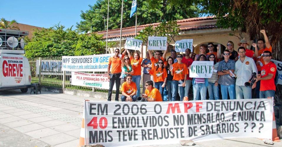 31.ago.2012 - Servidores do Judiciário Federal e do Ministério Público Federal (MPF) protestam em frente ao prédio do MPF no bairro do Farol, em Maceió (AL), nesta sexta-feira (31). A categoria reivindica reajuste salarial