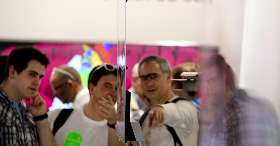 31.ago.2012 - Visitantes observam TV ultrafina no estande da LG. Em sua 52ª edição, o evento é realizado em Berlim (Alemanha) de 31 de agosto a 5 de setembro