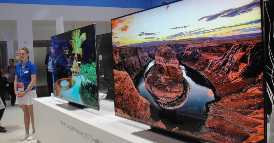 31.ago.2012 - A maior televisão exibida pela Samsung na IFA 2012 tem 75 polegadas. A ES9000 usa tecnologia LED e tem um acabamento em ''ouro rosa'' na moldura. O aparelho também pode exibir imagens em 3D. Chegou ao mercado sul-coreano em agosto por US$ 9.900 (cerca de R$ 20,3 mil)