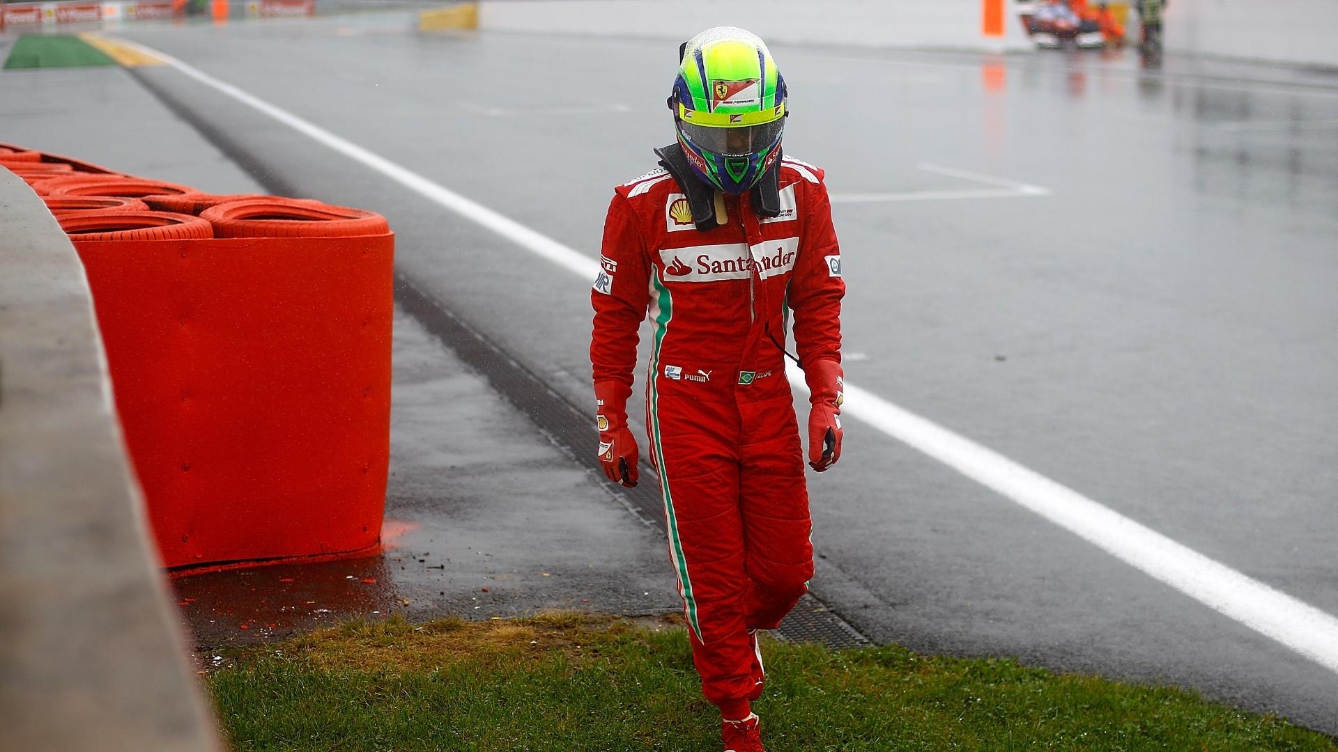 Felipe Massa volta caminhando para os boxes após ir para a pista; seu carro quebrou em uma das poucas voltas que conseguiu dar no circuito de Spa