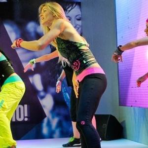 Os instrutores de Zumba Fitness ensinam aos alunos as coreografias da dança