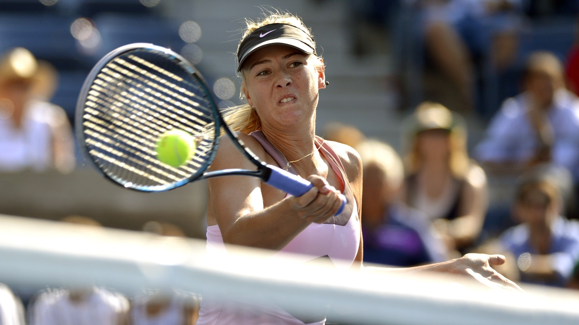 Maria Sharapova sobe à rede para definir ponto durante a partida contra Mallory Burdette pela terceira rodada do Aberto dos EUA