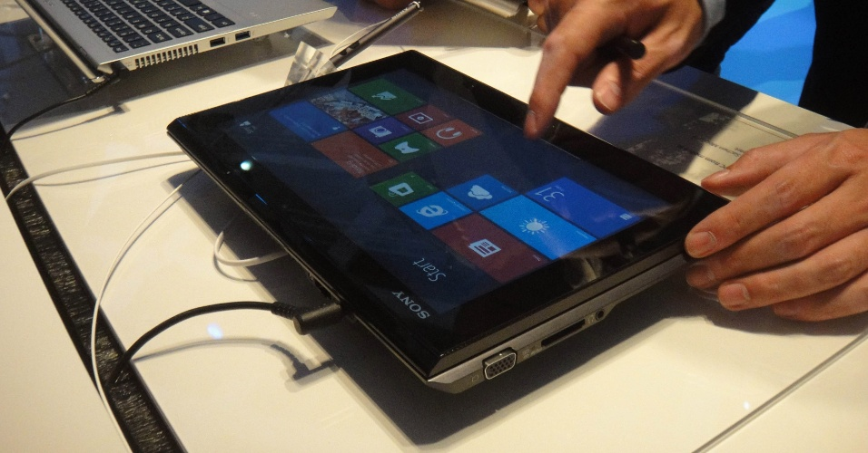 """O Vaio Duo 11, da Sony, é um """"tabletbook"""" (notebook com tablet)  que traz sistema operacional Windows 8 e pode ser operado com uma caneta stylus. Como o nome sugere, ele tem 11,6 polegadas de tela, além de usar processadores Intel (opções: core i3, i5 ou i7). Pode armazenar 128 GB ou 256 GB em dados. A tela não se destaca do teclado, apenas desliza sobre ele formando um conjunto só"""