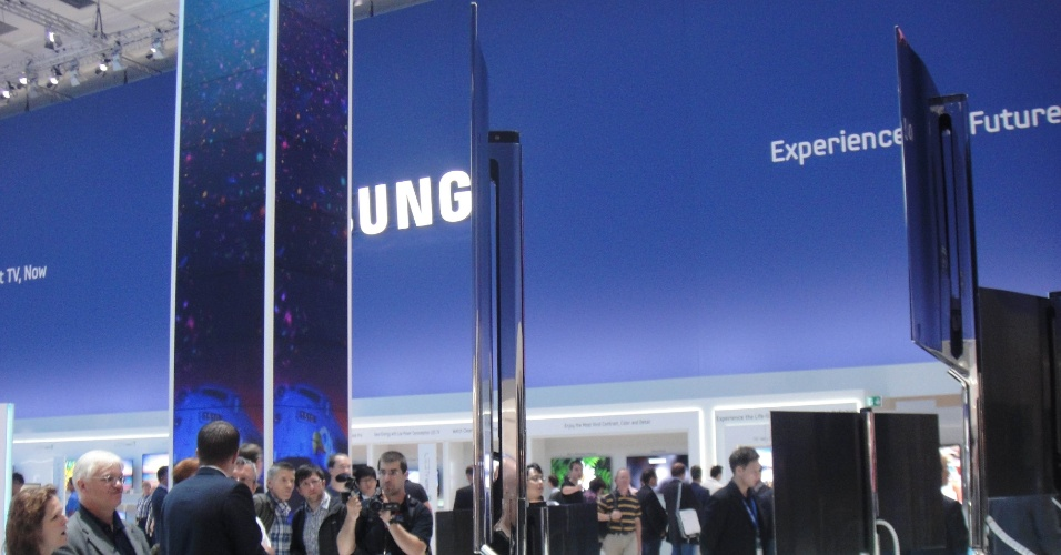 31.ago.2012 - Última geração de televisores Oled da Samsung está na IFA 2012. A TV ES9500 tem 55 polegadas e havia sido apresentada na CES 2012, feira de eletrônicos em Las Vegas. Com cerca de 7 mm de espessura, o aparelho tem preço salgado: cerca de US$ 8.750 no mercado sul-coreano (equivale a R$ 17,9 mil)