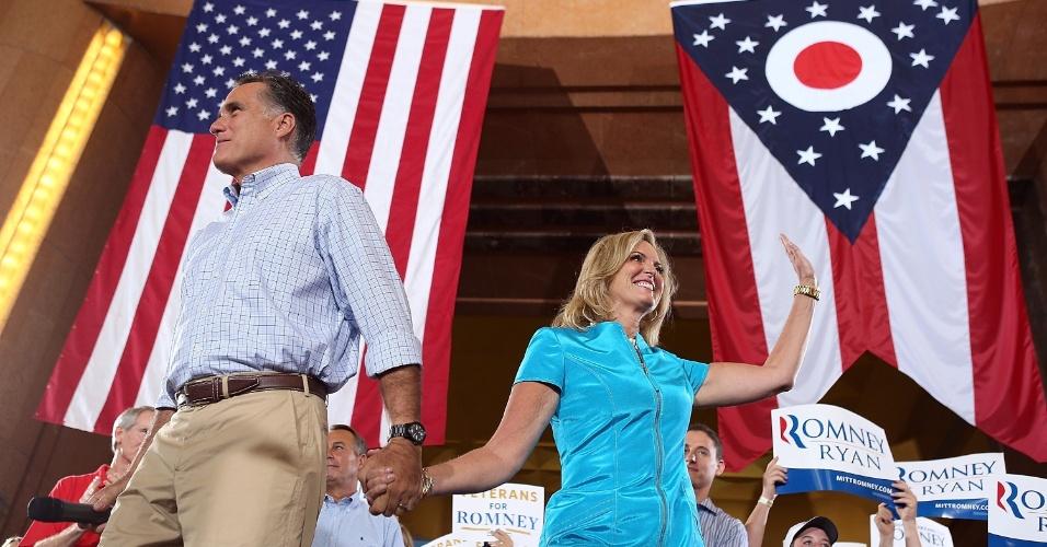 1º.set.2012 - O candidato republicano à presidência dos EUA,  Mitt Romney, chega com sua esposa em Cincinnati, Ohio, para continuar campanha presidencial