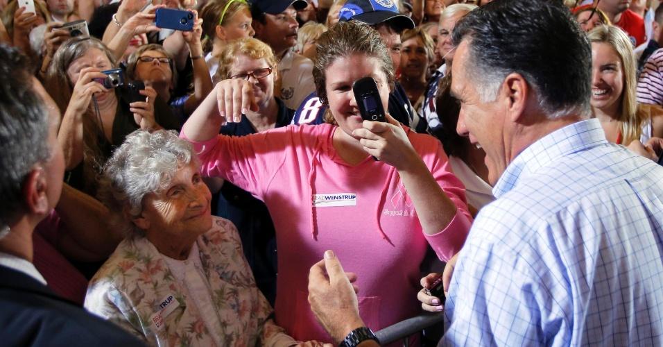 1º.set.2012 - O candidato republicano à presidência dos EUA,  Mitt Romney, cumprimenta eleitores na campanha eleitoral em Cincinnati, Ohio, neste sábado (1º)