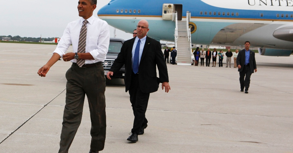 1º.set.2012 - O presidente dos Estados Unidos, Barack Obama, aterriza no aeroporto internacional de Iowa, neste sábado (1º)