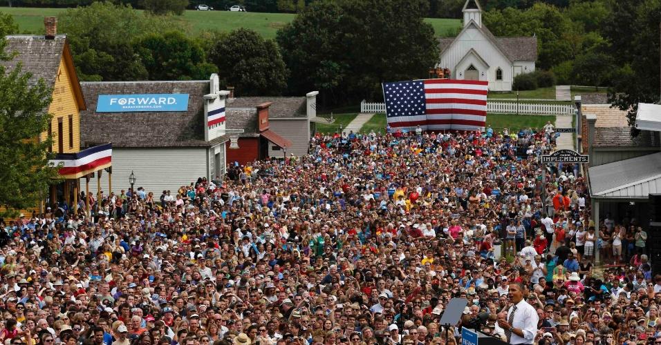 1º.set.2012 - O presidente dos Estados Unidos, Barack Obama, discursa para milhares de ouvintes, neste sábado (1º) na cidade de Urbandale, Iowa (EUA)