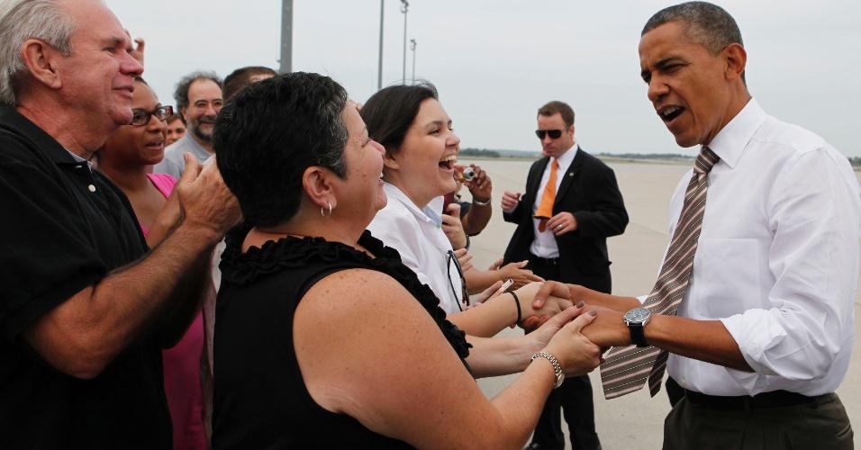 1º.set.2012 - O presidente dos Estados Uuidos, Barack Obama, cumprimenta simpatizantes após aterrizar no aeroporto internacional de Iowa, neste sábado (1º)