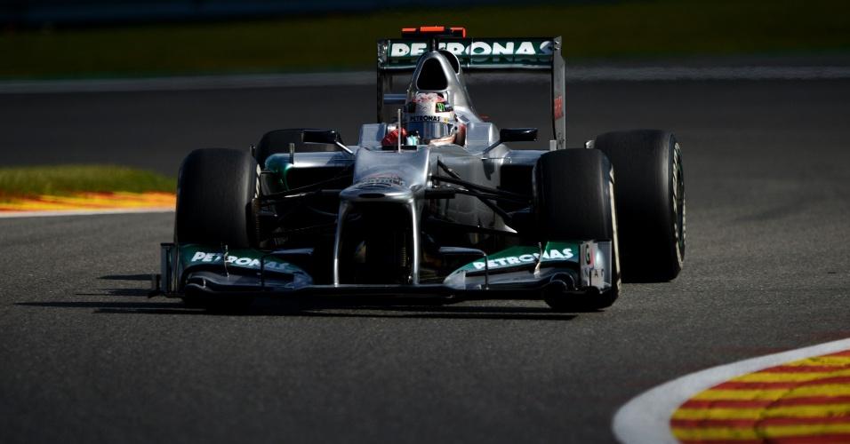 Com capacete comemorativo por seus 300 GPs, Michael Schumacher participa de treino classificatório para o GP da Bélgica de Fórmula 1 (01/09/12)