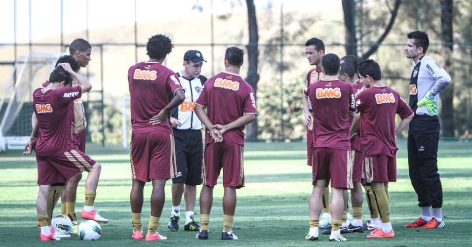 Cuca conversa com os jogadores do Atlético-MG na Cidade do Galo (31/8/2012)