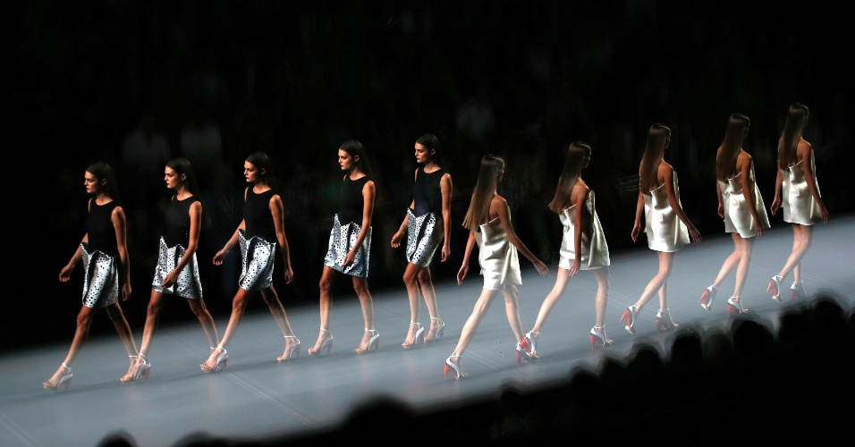 Fotógrafo Paul Hanna faz disparos multiplos e cria imagem que reconstitui o movimento das modelos no desfile da marca Amaya Arzuaga, durante a semana de moda de Madri, Espanha (01/09/2012)