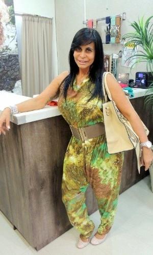 Gretchen vai à loja de roupas de Viviane Araújo e posa como manequim nas vitrines (1/09/2012)