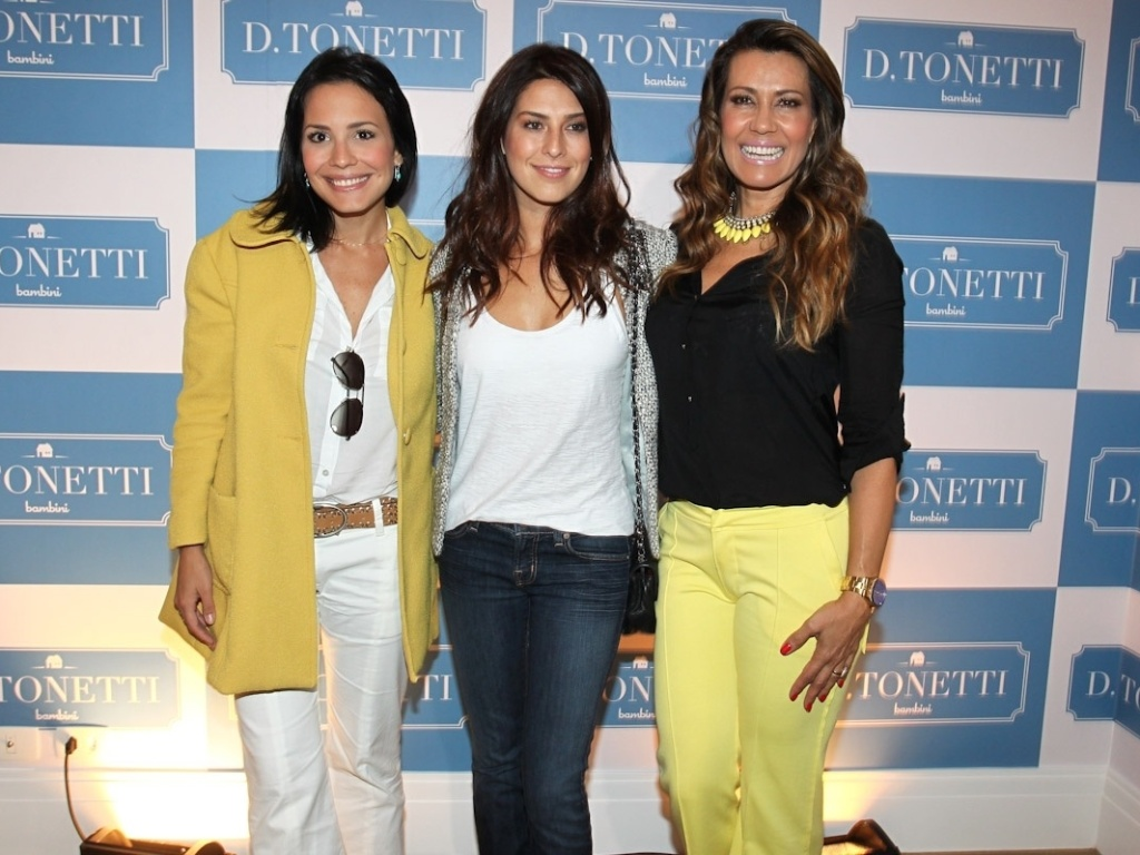 Juliana Knust ( esq), Fernanda Paes Leme (ao centro) e Solange Frazo posam para os fotgrafos em inaugurao de loja nos Jardins, em So Paulo (1/9/12)