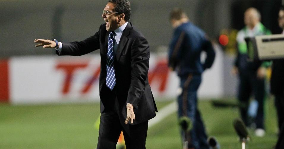 Luxemburgo passa instruções para sua equipe na partida do Grêmio contra o Palmeiras, no Pacaembu