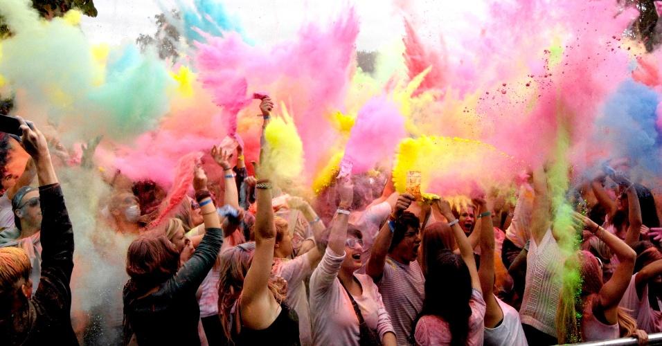 1º.set.2012 - Centenas de jovens participaram da tradicional celebração indiana Holi, conhecida como festa das cores, em Wedemark, na Alemanha