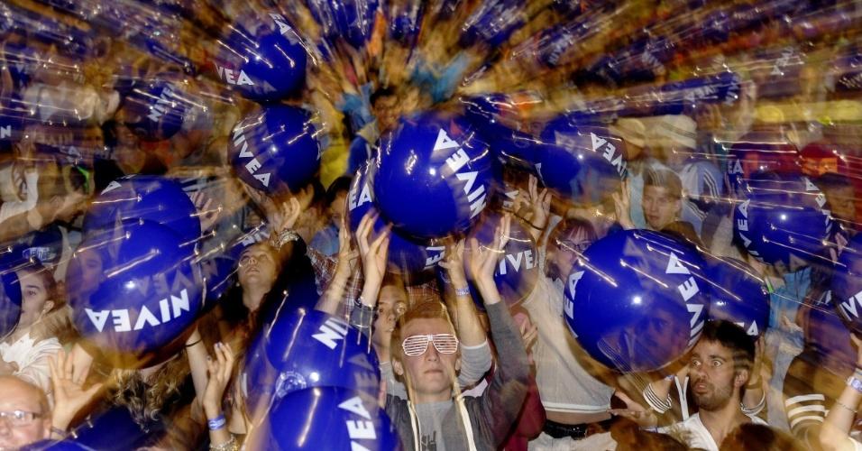 2.set.2012 - A cidade espanhola de Valladolid entrou novamente neste domingo no Livro Guinness dos Recordes, desta vez com o maior número de pessoas mantendo bolas de praia no ar: 14.992