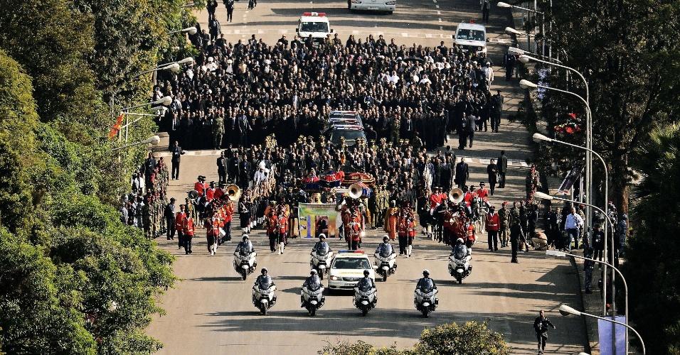 2.set.2012 - Cortejo fúnebre do corpo do primeiro-ministro etíope, Meles Zenawi, é acompanhado por centenas neste domingo (2), em Adis Abeba (Etiópia)